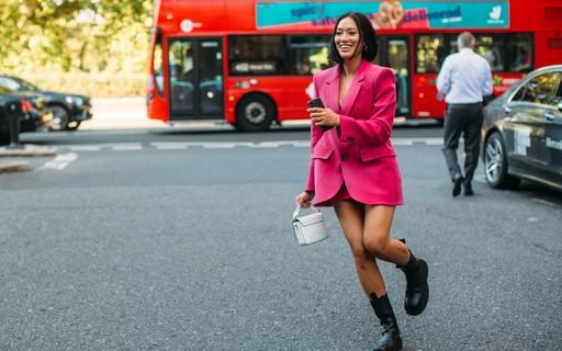 É cor de rosa-shocking! O tom é o favorito dos fashionistas no street style da temporada verão 2020