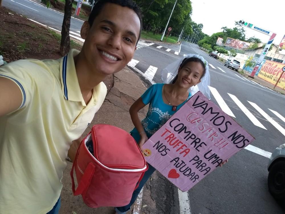 Bruna Dourado Pereira e Adenilson Moreira Custódio vendem trufas na Avenida Murchid Homsi em Rio Preto — Foto: Arquivo Pessoal