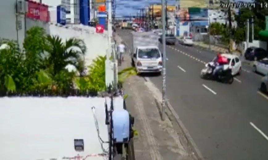 VÍDEO: Motociclista é arremessado após batida com carro na BA, levanta e sai andando; imagens impressionam