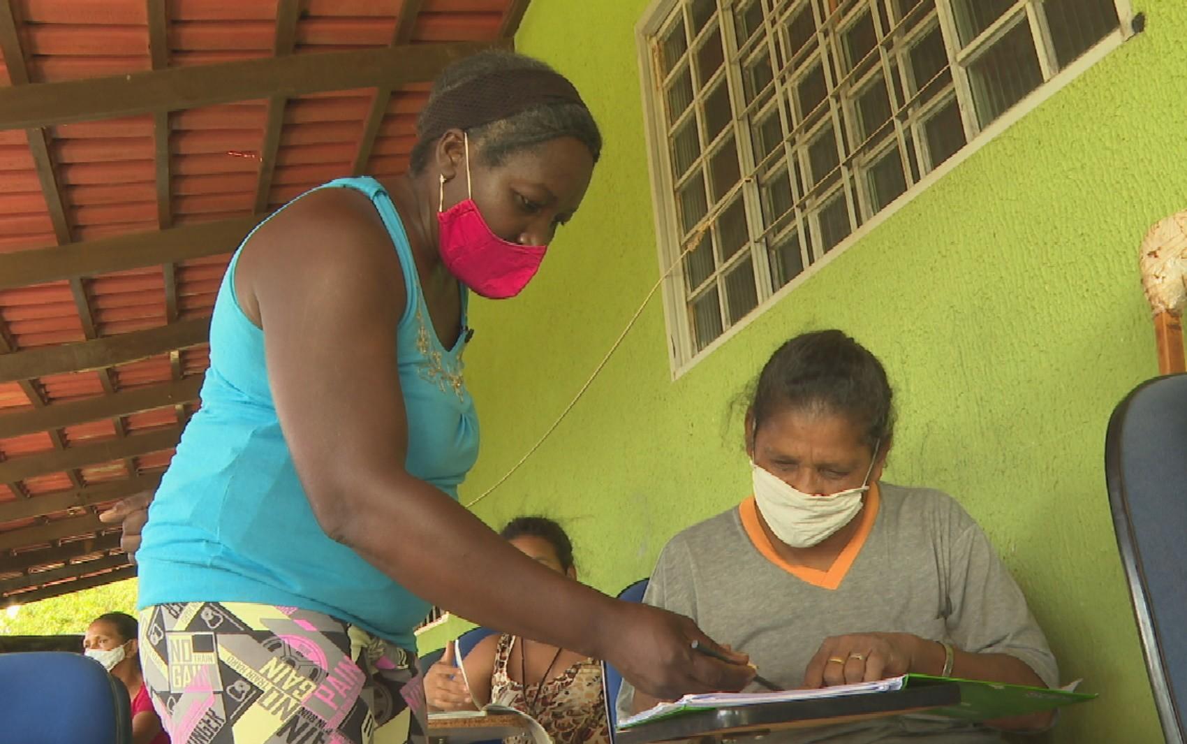 Professora aluga casa para alfabetizar de graça crianças e idosos, em Aparecida de Goiânia