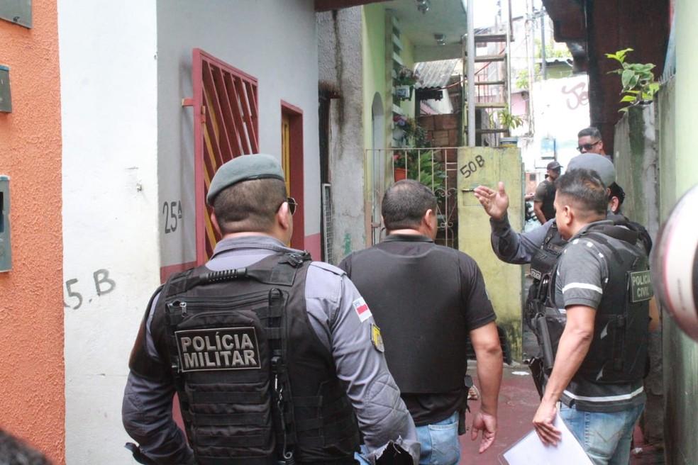 Ao sair para comprar pão, pedreiro é assassinado com mais de dez tiros em beco na Zona Oeste de Manaus  — Foto: Eliana Nascimento/G1 AM