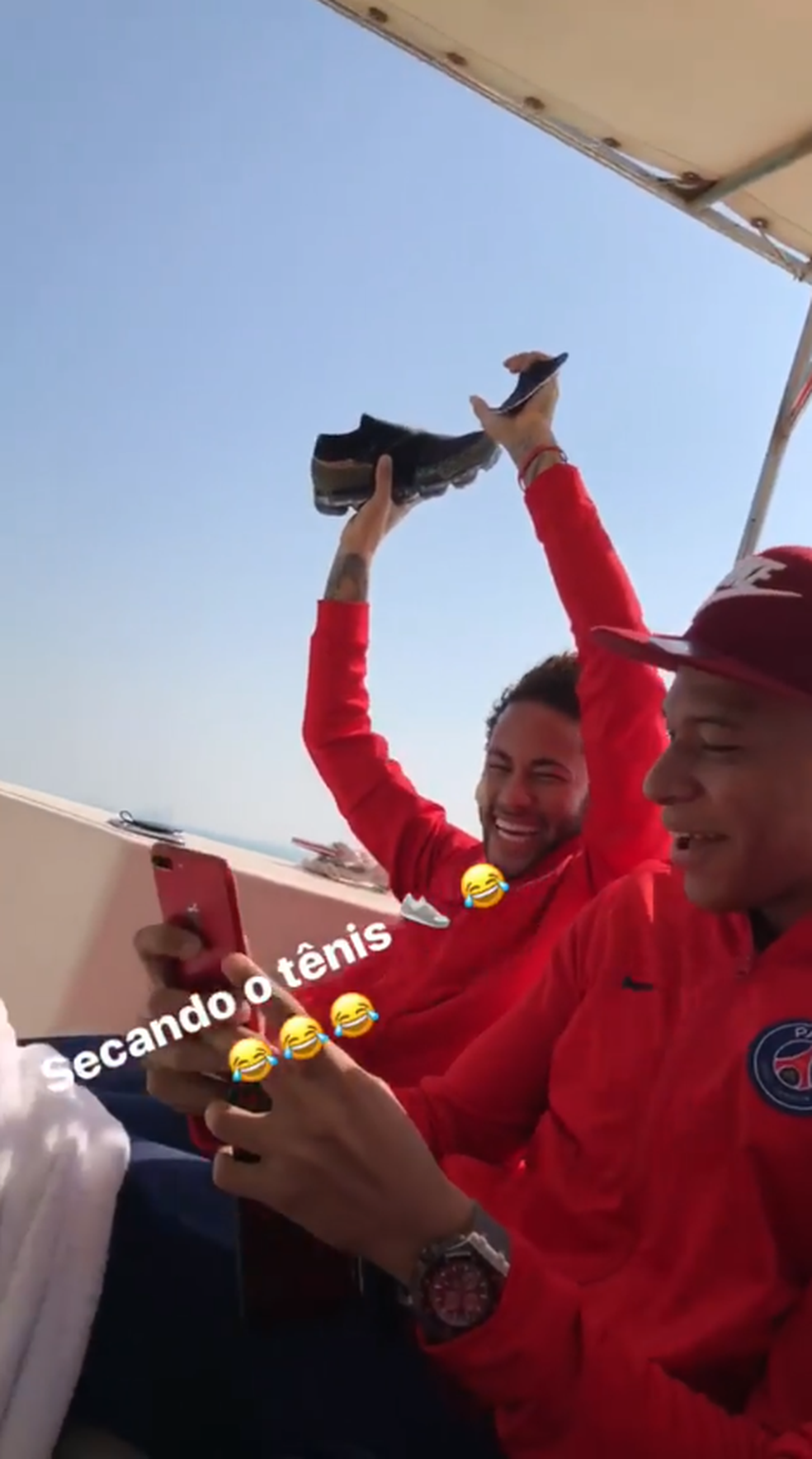 Neymar tenta secar o tênis após recuperá-lo no mar (Foto: Reprodução / Instagram)