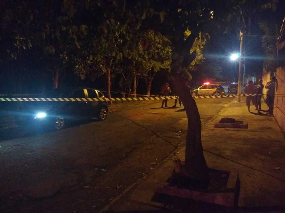 Jovem de 22 anos foi morto quando chegava na casa dele, no Bairro Flamboyant, na capital (Foto: Rotam/ Divulgação)