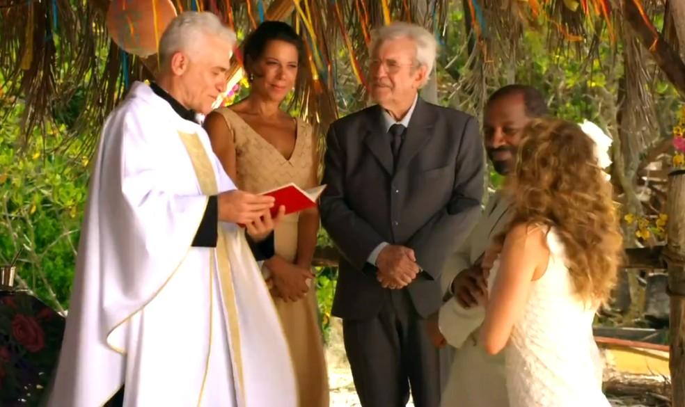 Lindaura (Angela Vieira) e Samuel (Juca de Oliveira) são os padrinhos do casamento de Quirino (Aílton GRaça) e Doralice (Rita Guedes), em 'Flor do Caribe' — Foto: Globo