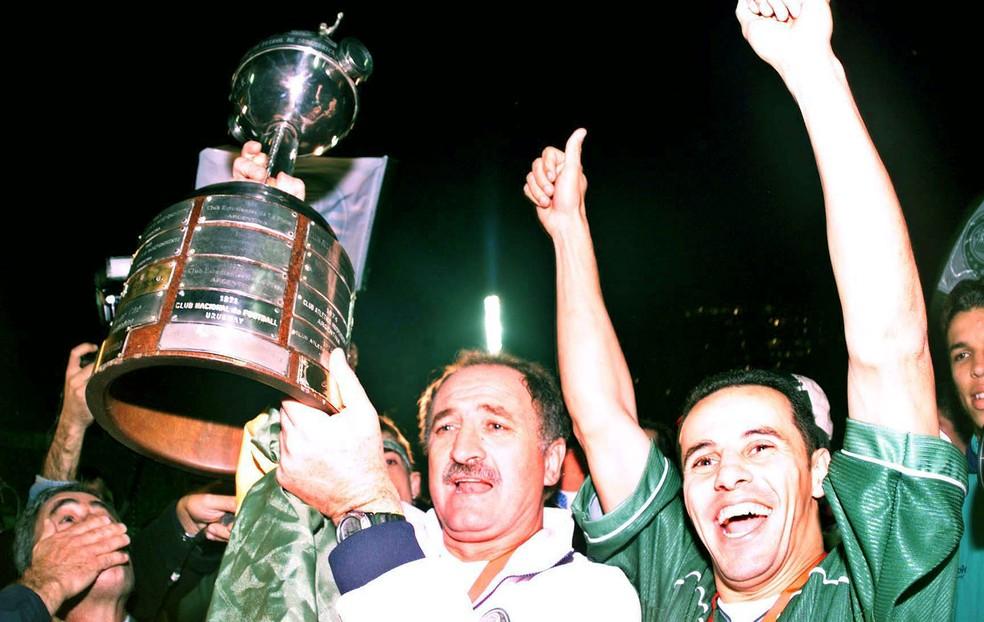 Felipão ergue a taça de campeão da Libertadores em 1999 — Foto: Arquivo / Agência Estado