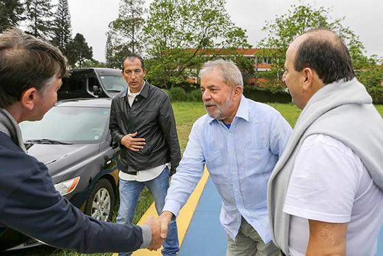O segurança Rogério Carlos (de jaqueta preta) recebeu 120 diárias para acompanhar Lula a Atibaia (Foto: reprodução)