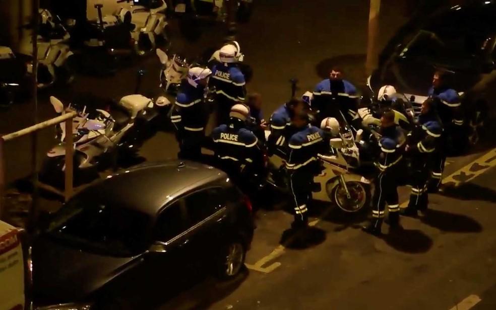 Policiais trabalham no local onde um prédio residencial pegou fogo em Paris — Foto: Pierre-Alexandre Vezinet / via Reuters