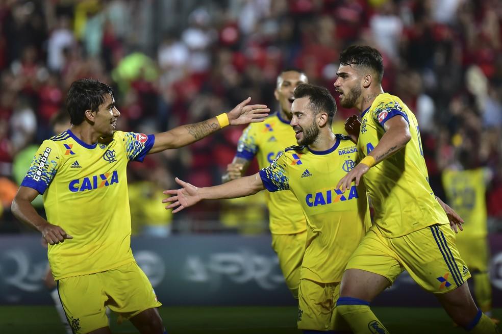 Éverton Ribeiro celebra gol no fim do jogo, de pênalti (Foto: Agência Estado)