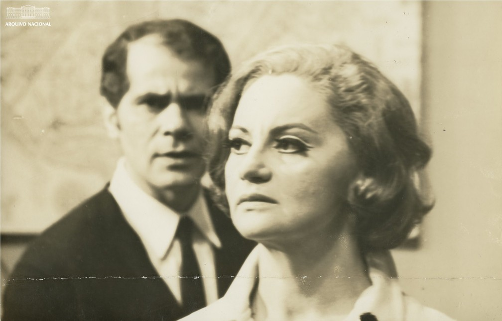 Laura Cardoso e Ivan Mesquita em cena da novela 'Algemas de Ouro', em 1969 — Foto: Arquivo Nacional