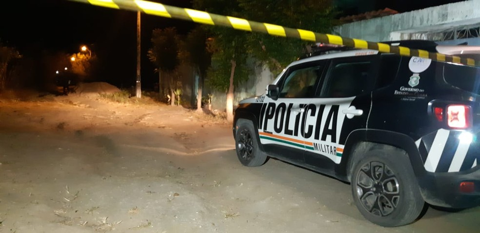 Mulher é morta a tiros no bairro Carrapicho, na Grande Fortaleza. — Foto: Leabem Monteiro/ Sistema Verdes Mares
