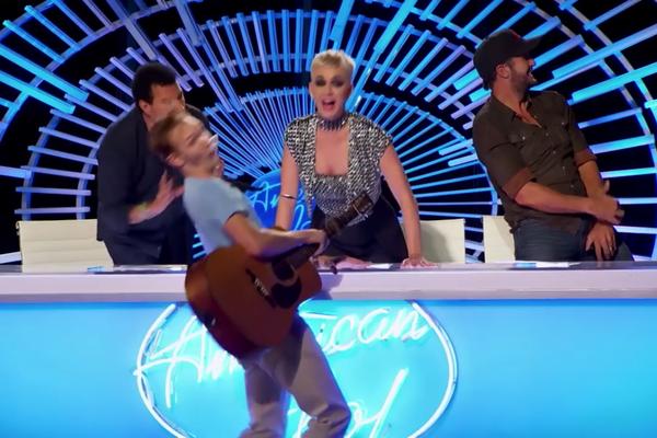 O jovem assustado com o beijo de Katy Perry no American Idol (Foto: Reprodução)