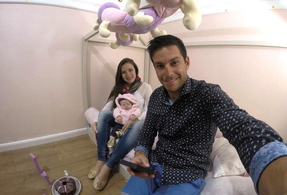Foto do casal com a filha recém-nascida estava no cartão perdido — Foto: Anderson Ferreira/Arquivo Pessoal