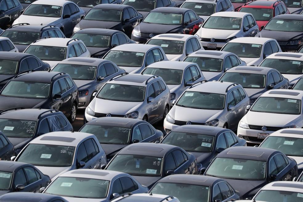 """Carros Volkswagen são armazenados em deserto próximo a Victorville, na Califórnia. Veículos foram recomprados devido ao escândalo """"Dieselgate"""" (Foto: Lucy Nicholson/Reuters)"""