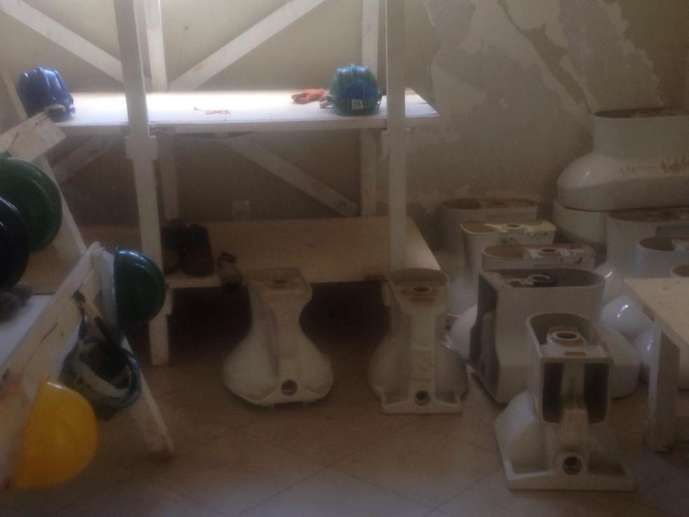 Vasos sanitários são amontoados em cômodo da Casa Branca — Foto: Divulgação/Jornal do Tocantins