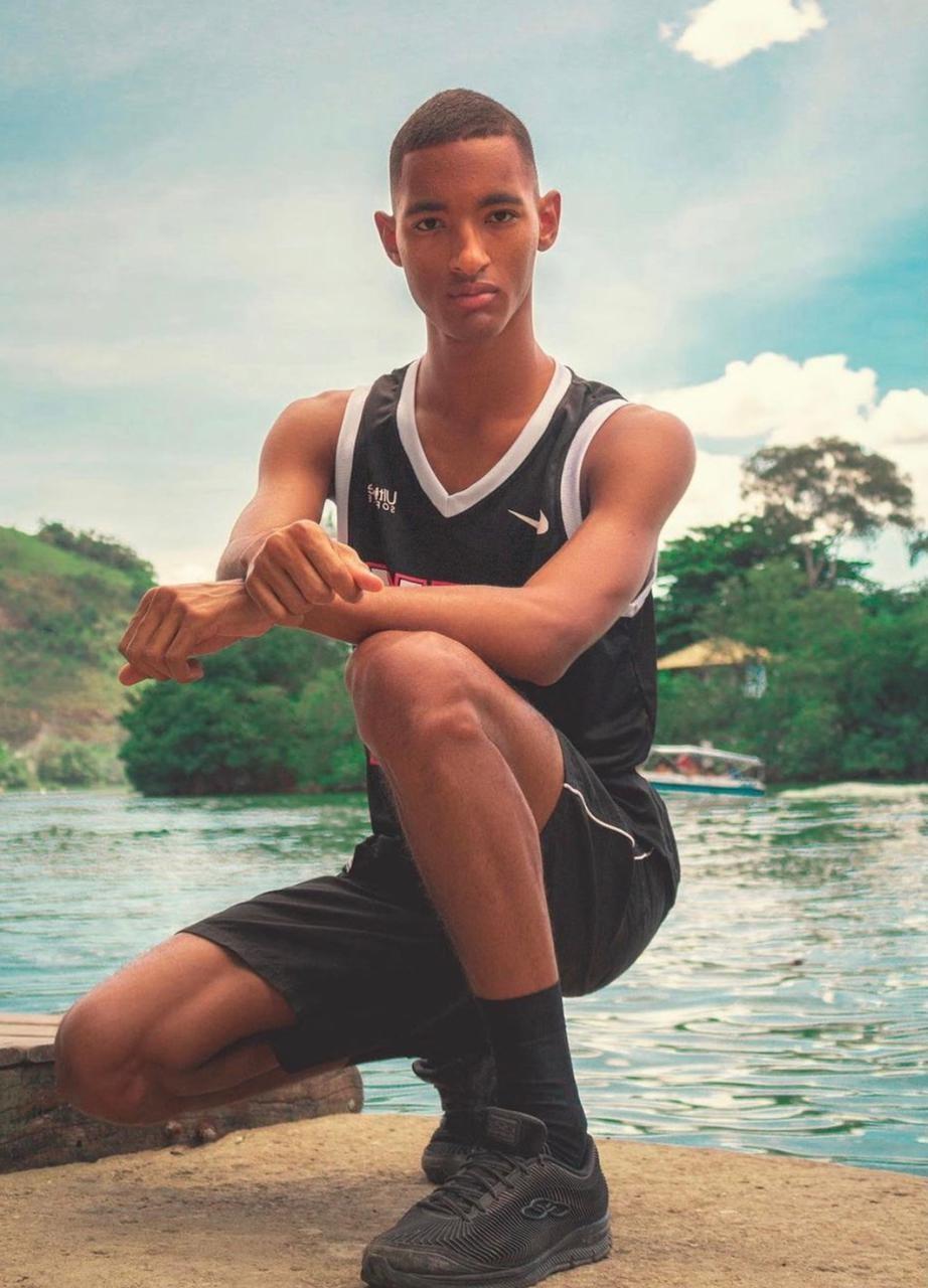 Morador da Maré, Raphael Vicente, que faz vídeos cômicos com a sua família, tem 1 milhão de  de seguidores no TikTok