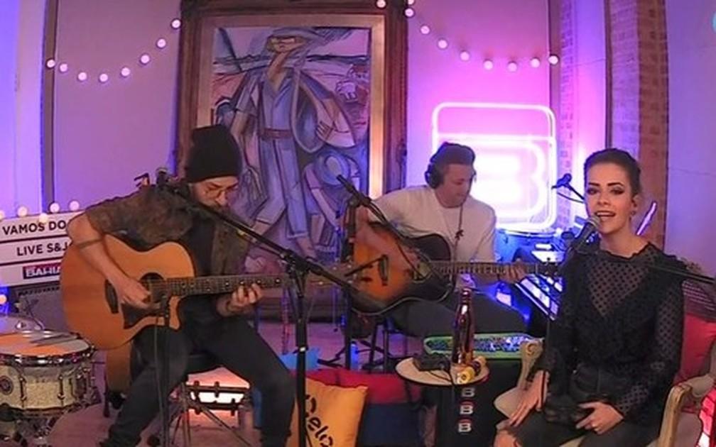 Junior, Lucas Lima e Sandy cantam em show pela internet — Foto: Reprodução/YouTube