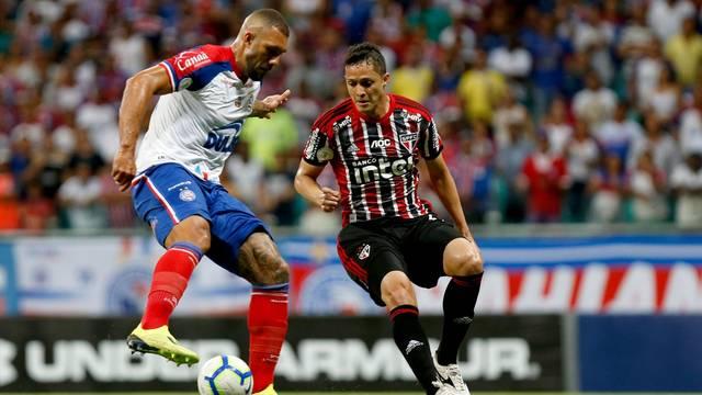Fernandão e Anderson Martins disputam a bola na Fonte Nova