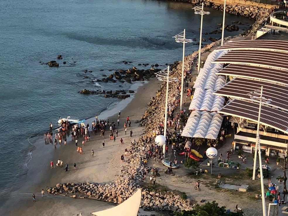 Banhistas ajudaram a desvirar o avião e puxar para a faixa de areia (Foto: Corpo de Bombeiros)
