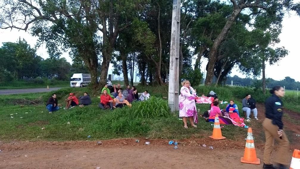 Familiares de presos passaram a noite no local em busca de informações  (Foto: Cícero Bittencourt/RPC)