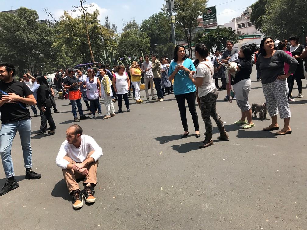 Pessoas na rua após tremor na cidade do México (Foto: Claudia Daut/Reuters)