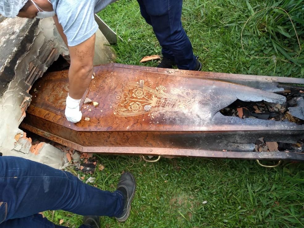 Túmulo de idosa foi violado e caixão queimado  — Foto: Divulgação Polícia Civil