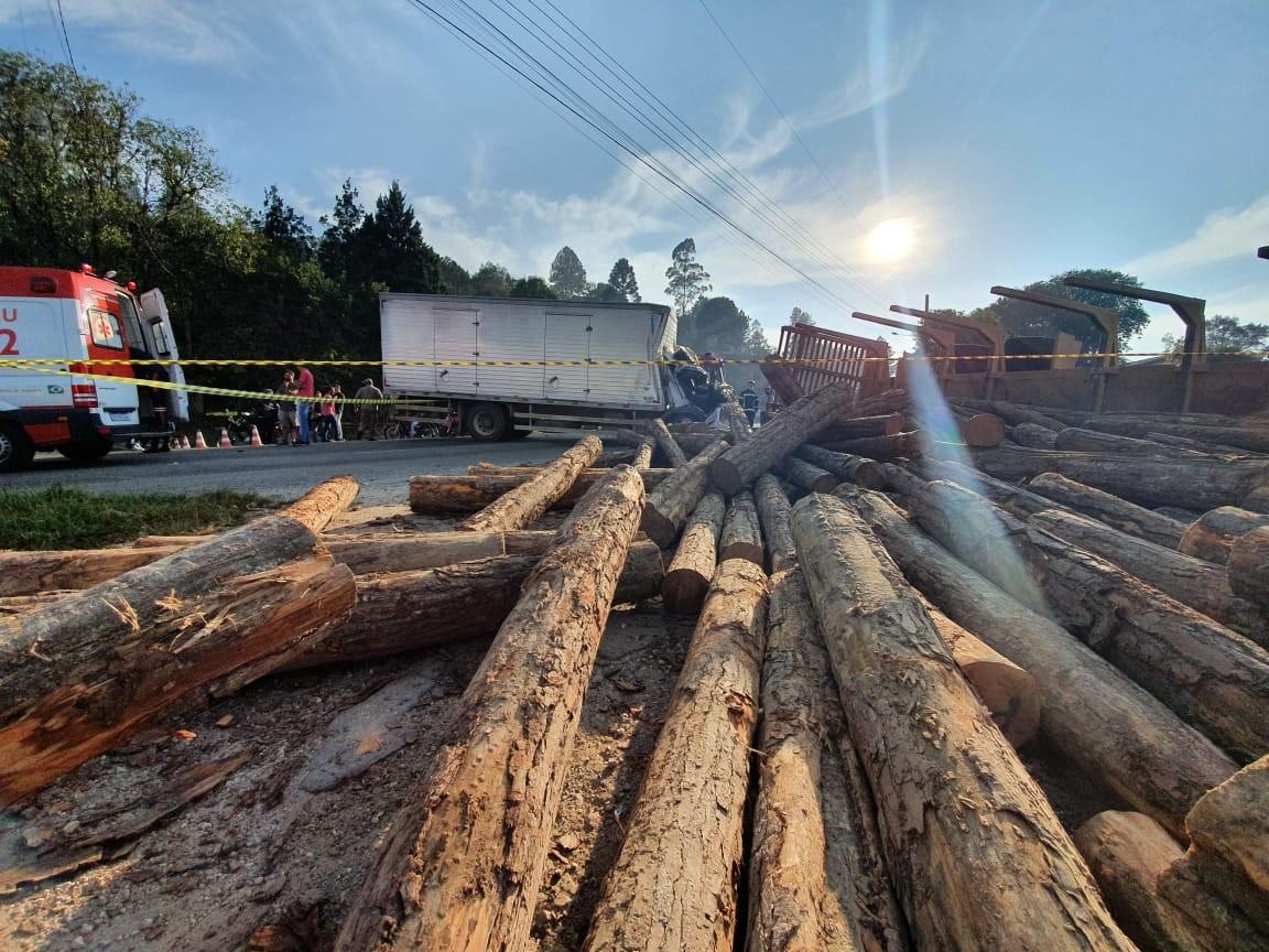 Duas pessoas ficam feridas em batida entre caminhões, e toras de madeira bloqueiam Estrada da Ribeira