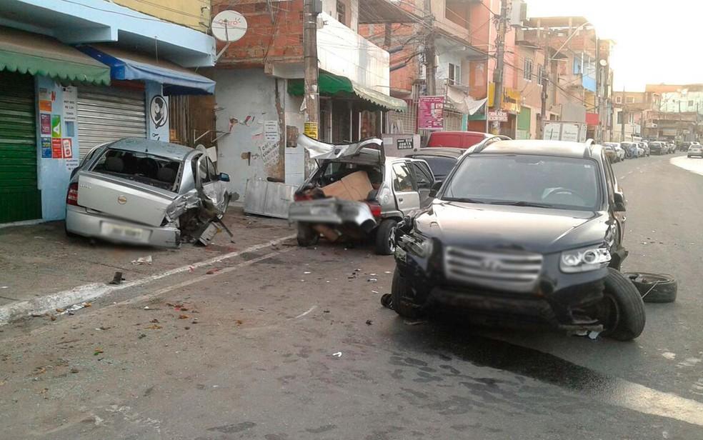 Homem perde controle da direção e bate em carros estacionados no bairro de Narandiba (Foto: Clériston Santana/TV Bahia)