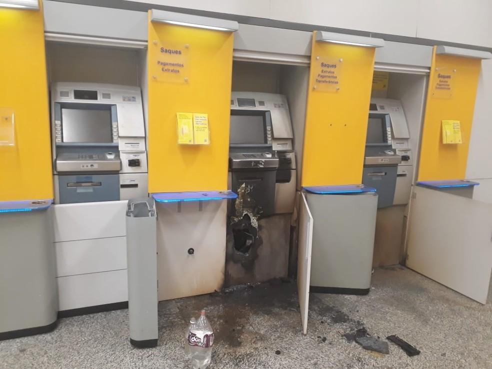 Na agência do BB na Ribeira, bandidos usaram um maçarico para arrombar o terminal — Foto: PM/Divulgação