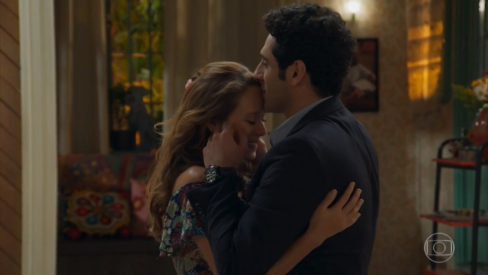 Beto (João Baldasserini) fica realizado com a resposta de Tancinha (Mariana Ximenes)  - 'Haja Coração' — Foto: Globo