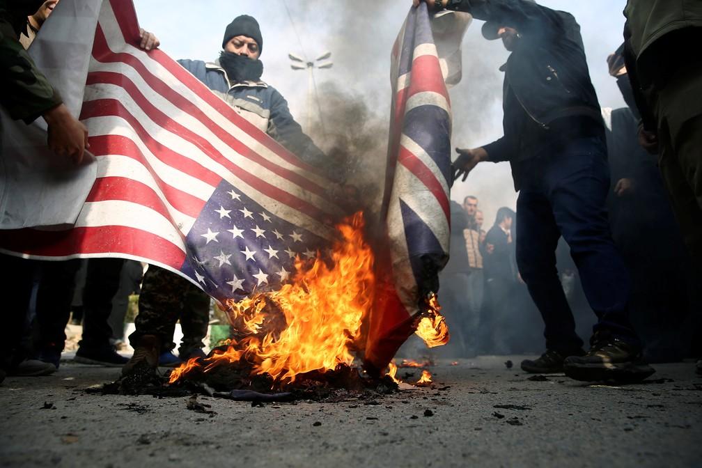 Manifestantes queimam bandeiras americana e britânica durante protesto em Teerã, no Irã, contra a morte do general Qassem Soleimani. — Foto: West Asia News Agency/Nazanin Tabatabaee