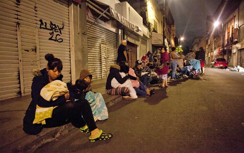 Famílias deixam seus imóveis na Cidade do México após forte tremor (Foto: Pedro Pardo / AFP Photo)