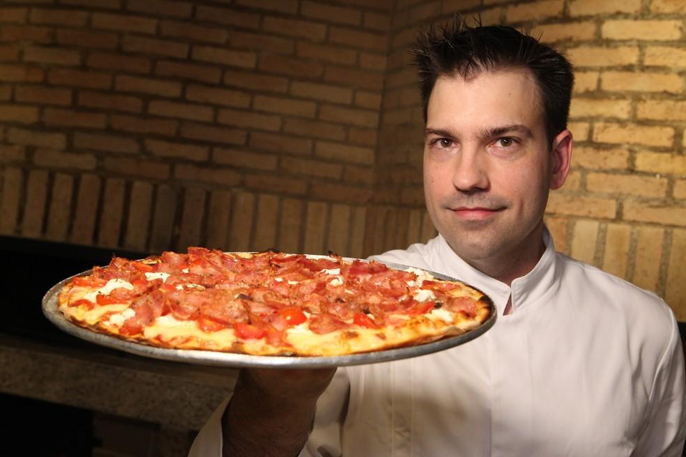 Pizza Rochetta Rossa feita por Oscar Martins, de Santos — Foto: Alex Ferraz/Jornal A Tribuna