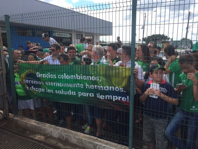 Chapecoense recebe Atlético Nacional em aeroporto (Foto: Janir Júnior)