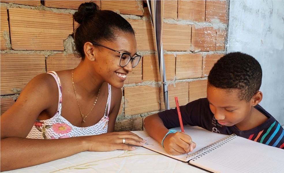 Desempregada, Natália Sotero dá aula particular no quintal de casa, o que garante uma renda de R$ 300 a R$ 400 reais — Foto: Patrícia Fiúza