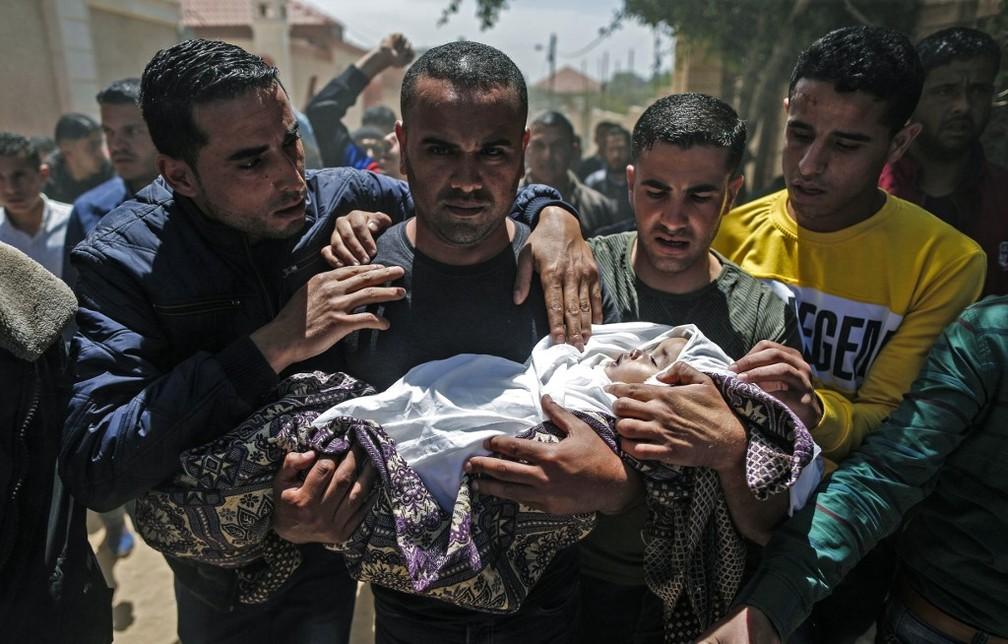 Palestinos fazem funeral para Saba Abu Arar, de um ano e dois meses, morta após confrontos entre israelenses e palestinos neste domingo — Foto: MAHMUD HAMS / AFP