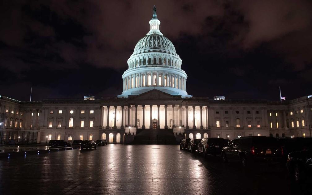 Capitólio dos EUA à espera de uma definição sobre o orçamento — Foto: Saul Loeb / AFP Photo