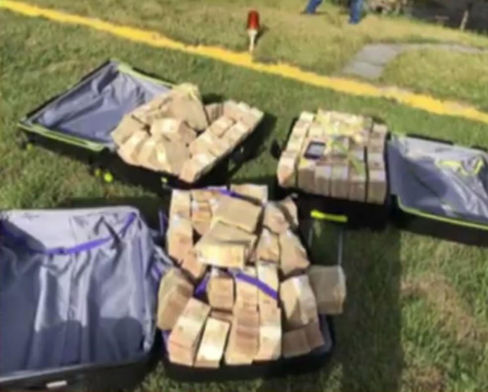 Três malas de dinheiro, totalizando cerca de R$ 7 milhões, foram apreendidas em abril deste ano em Búzios, balneário vizinho a Cabo Frio — Foto: Reprodução/ TV Globo