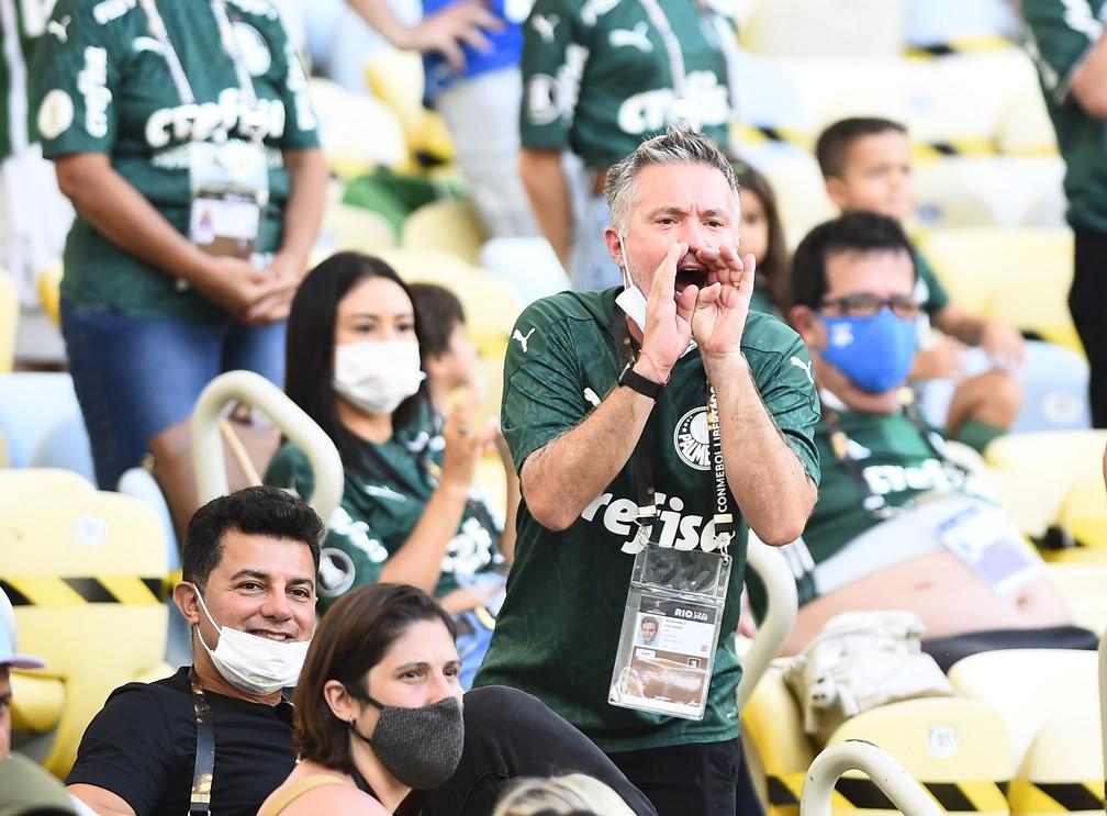 Torcedores desrespeitam protocolo contra a Covid-19 no Maracanã — Foto: André Durão