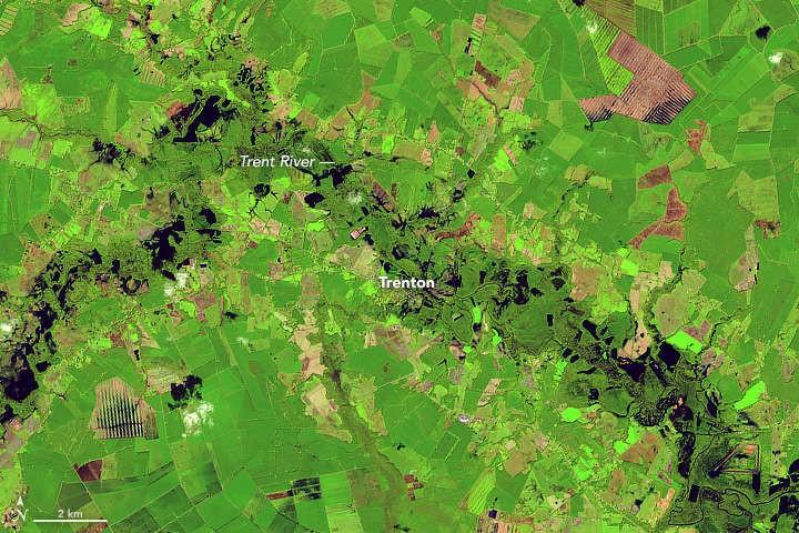 Inundação do Rio Trent e a cidade de Trenton depois de Florence (Foto: NASA/USGS)