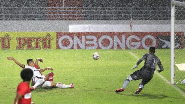 Rafael Ferreira corta na frente de Gamalho