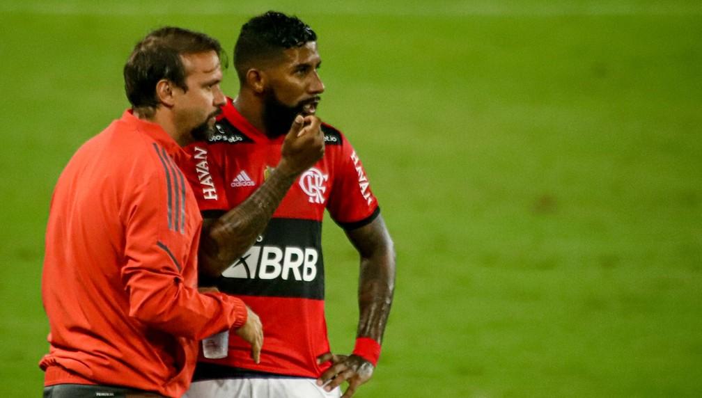 Analiso como uma boa atuação, Mauricio Souza minimiza polêmicas em vitória do Flamengo