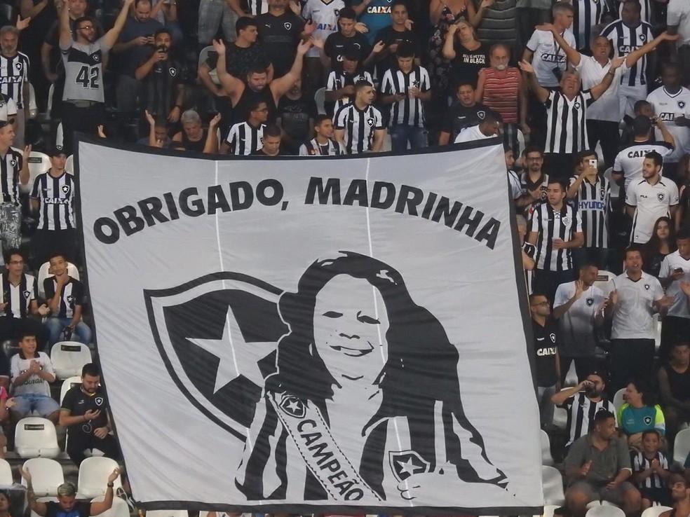 Homenagem à cantora no Nilton Santos — Foto: Fred Gomes