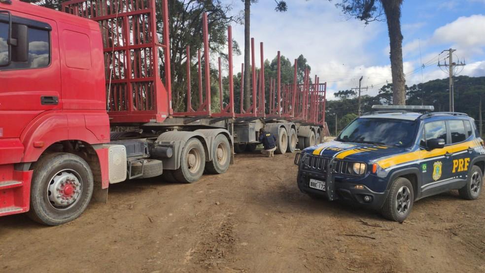 Caminhão envolvido em acidente na BR-476, em Araucária, foi encontrado pela polícia em pátio de empresa — Foto: PRF/Divulgação