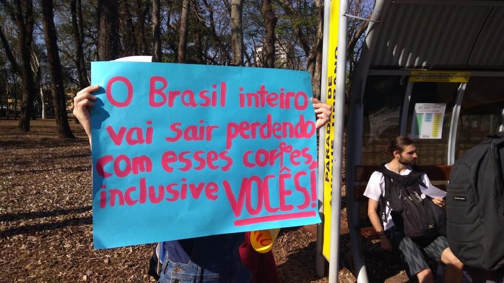 PIRACICABA, 9h23: Estudantes da Esalq levam cartazes em protesto contra cortes na educação — Foto: João Alvarenga/EPTV
