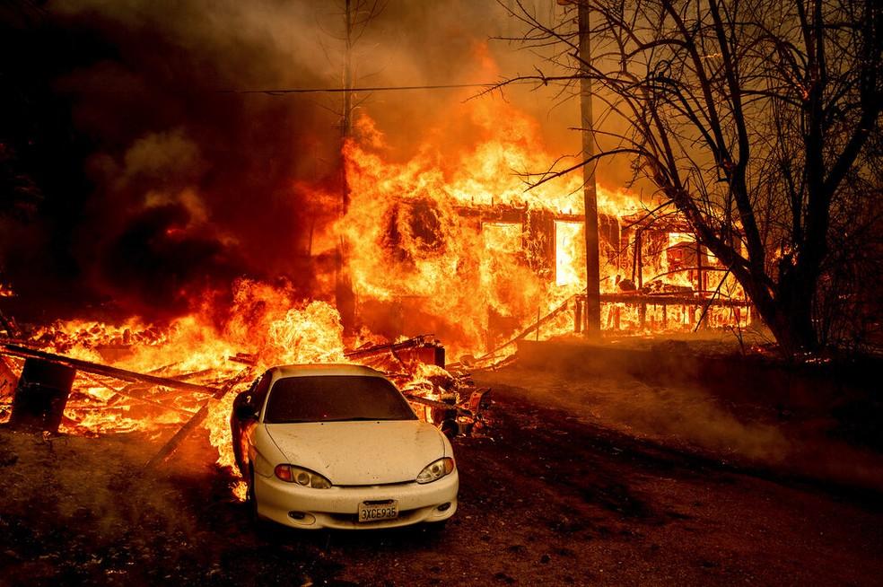 As chamas do incêndio florestal Dixie consomem uma casa na Rodovia 89 ao sul de Greenville, na Califórnia, em 5 de agosto de 2021 — Foto: Noah Berger/AP