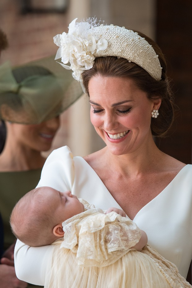 LONDON, ENGLAND - JULY 09: Catherine, Duchess of Cambridge carries Prince Louis as they arrive for his christening service at St James's Palace on July 09, 2018 in London, England. (Photo by Dominic Lipinski - WPA Pool/Getty Images) (Foto: Getty Images)