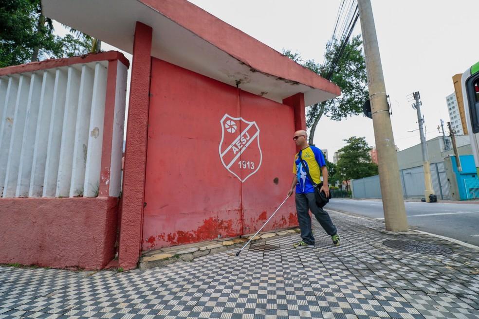 Marcos Rodolfo de Brito vai sozinho aos jogos do São José Basketball — Foto: Danilo Sardinha/GloboEsporte.com