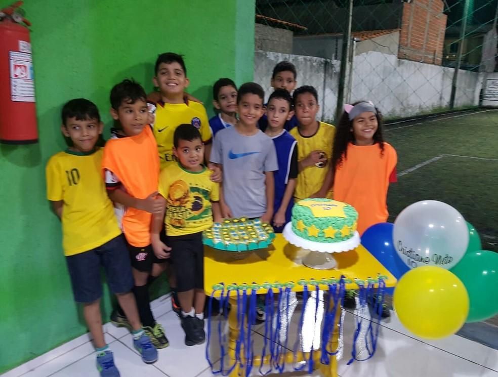 Cristiano Oliveira, de 10 anos, . Ele comemora todos os aniversários com o tema futebol. Ele conta que ficou depressivo na eliminação do Brasil em 2014, mas conseguiu se distrair e esquecer (Foto: Arquivo Pessoal)