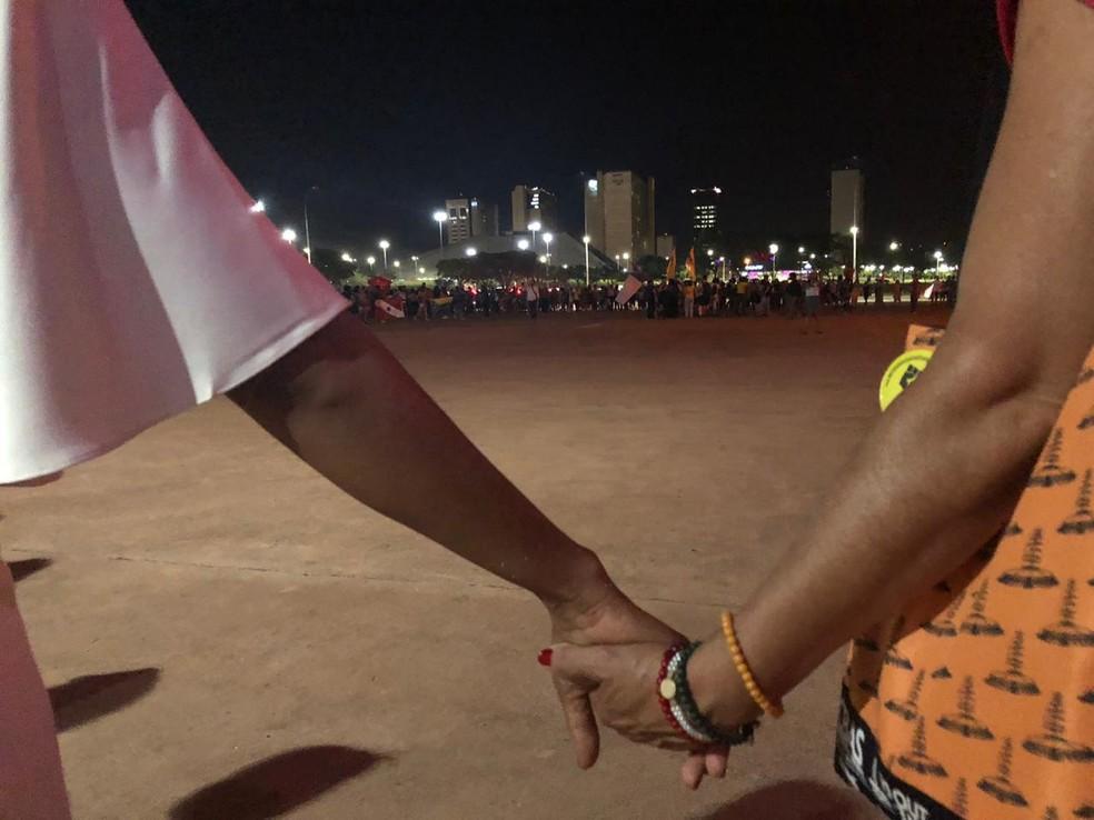 Manifestantes deram as mãos em ato perguntando 'quem mandou matar Marielle', em Brasília — Foto: Nicole Angel/ G1
