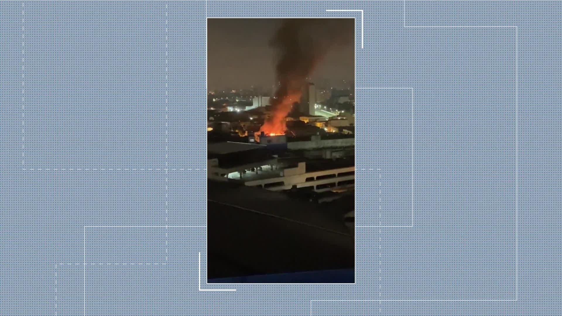 Incêndio atinge fábrica de roupas no Brás, no Centro de SP